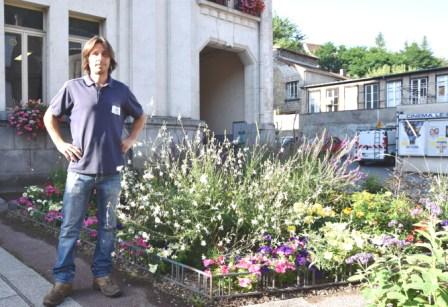 JB devant le parterre de l'hotel de vilel